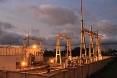 Vista nocturna de una subestación de la central hidroeléctrica de Djibloho