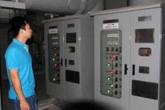 Un técnico chino está revisando el equipo de la central hidroeléctrica de Djibloho en Guinea Ecuatorial