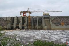 La presa para elevar el nivel de agua de la central hidroeléctrica de Djibloho