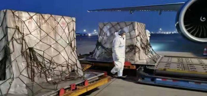 Cargamento de vacunas contra el Covid-19 de la farmacéutica Sinopharm donadas por China en el aeropuerto internacional de Malabo, Guinea Ecuatorial