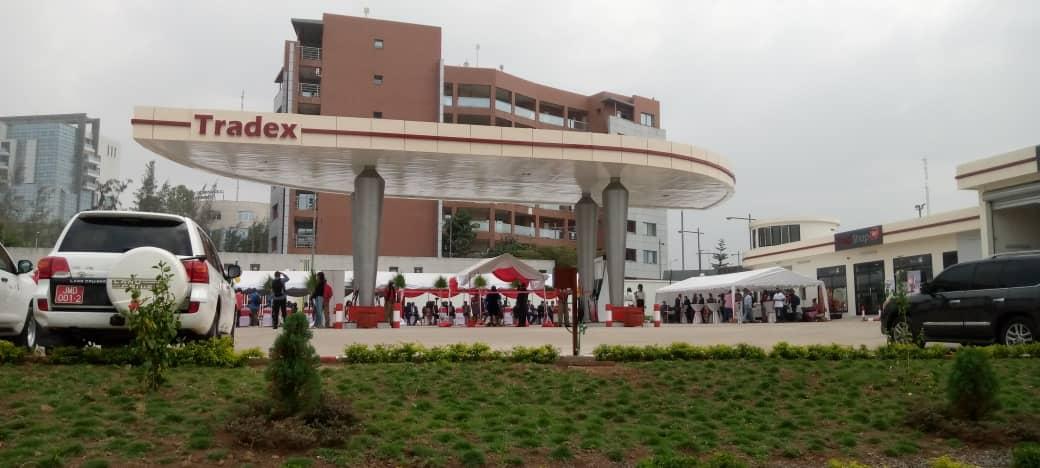 La nueva estación de servicio de Tradex en Malabo II al lado del edificio Abayak