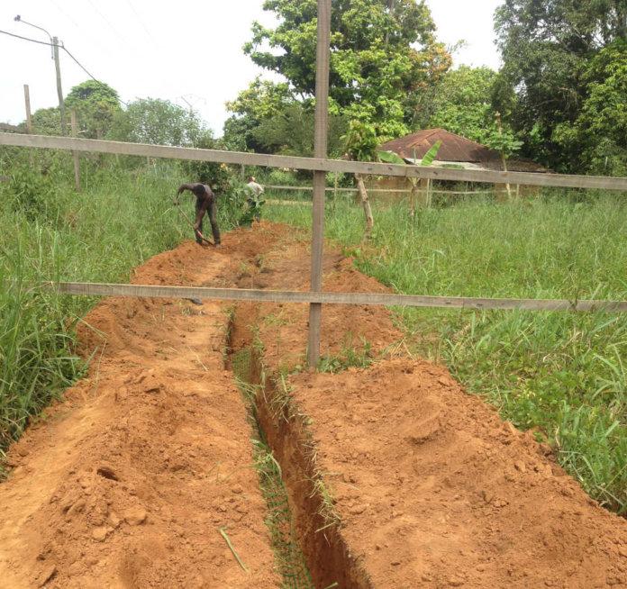 Cables de fibra óptica excavados en el suelo en Ouesso, en el norte del Congo, en 2015.